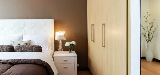 Une chambre avec un dressing sur mesure.